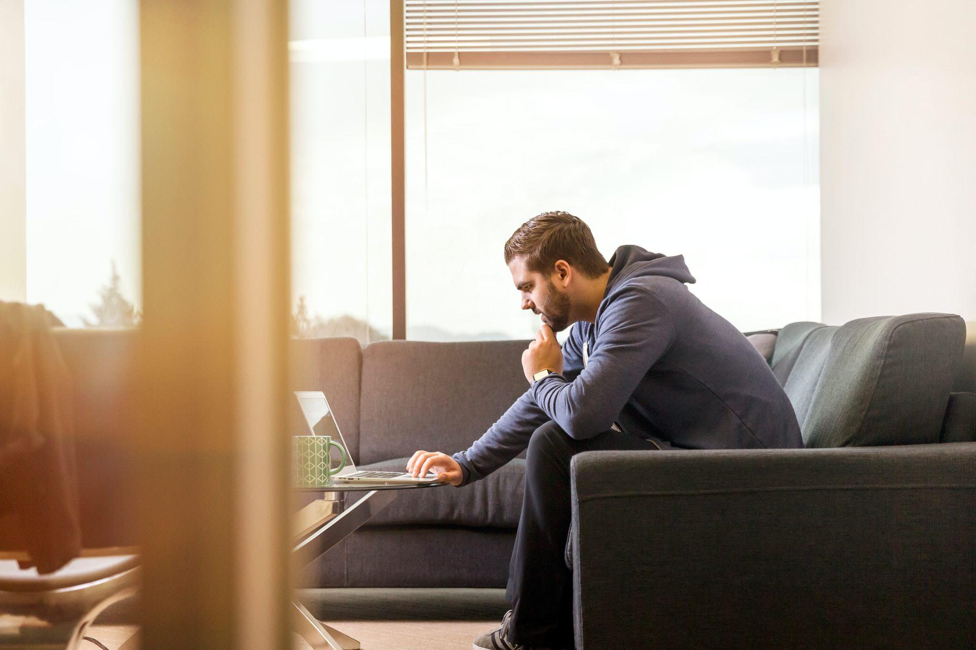ソファやベッドでパソコン(ノートPC)の作業を姿勢良く行い、膝での作業をなくす最適なテーブル・スタンド4
