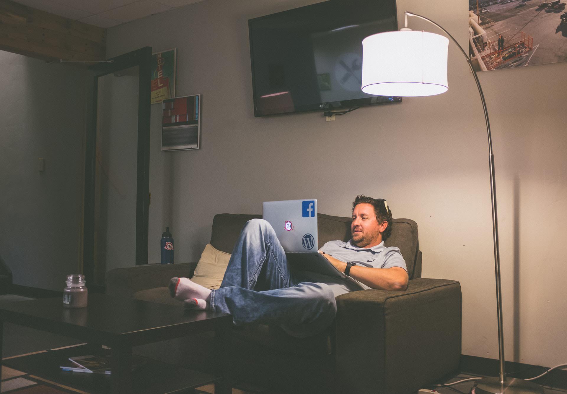 ソファやベッドでパソコン(ノートPC)の作業を姿勢良く行い、膝での作業をなくす最適なテーブル・スタンド5